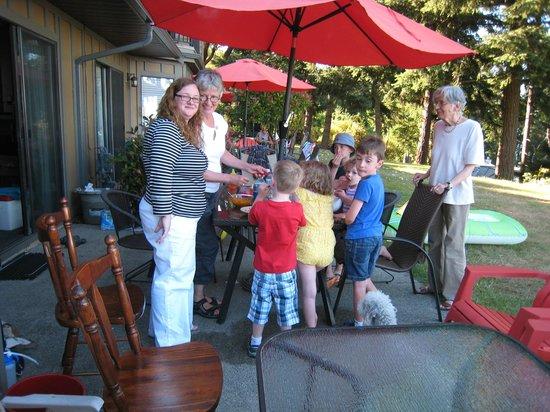 Beach Acres Resort : patio/eating area