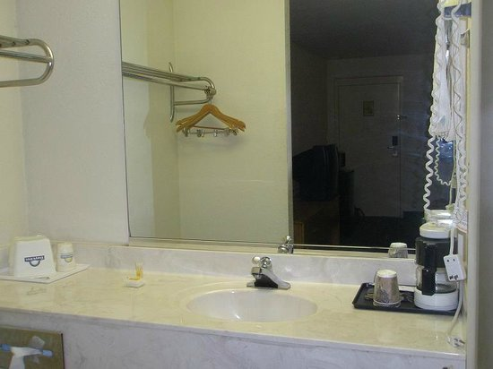 Days Inn Lake City I-10 : Sink, Coffee maker