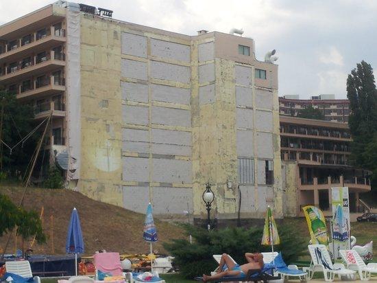 Morsko Oko Garden: Hotel visto dalla passeggiata