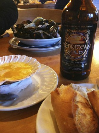 Kishorn Seafood Bar : Beer, fresh bread and garlic butter and mussels.