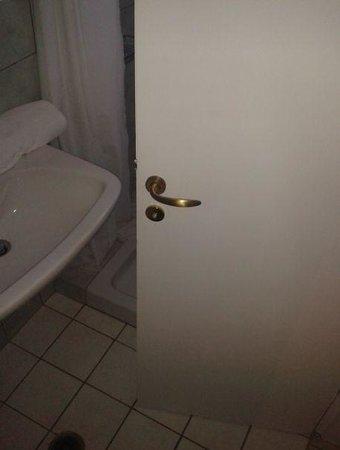Elisso's Philoxenia: minibagno visto dal wc
