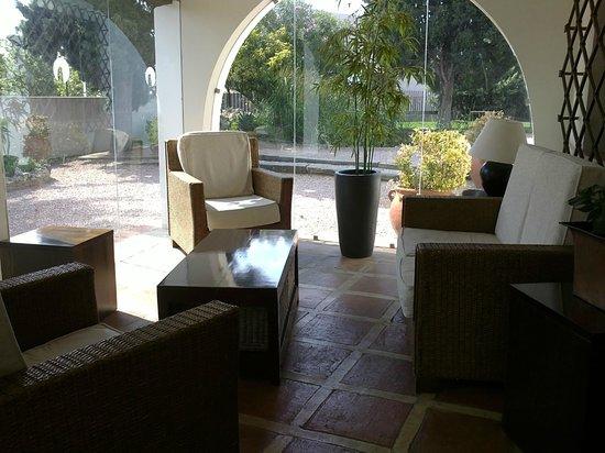 Hotel & Spa La Salve: Jardín desde la entrada a recepción