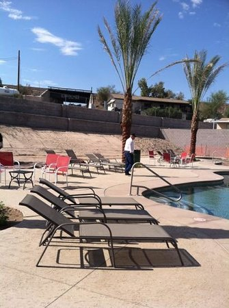 Topock, AZ: the pool looks over the river