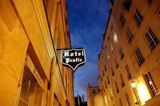 Pratic Hotel: Beautiful Location in downtown Paris