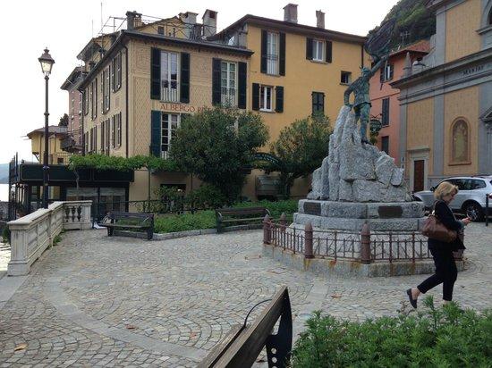 Devant l'hotel Fioroni