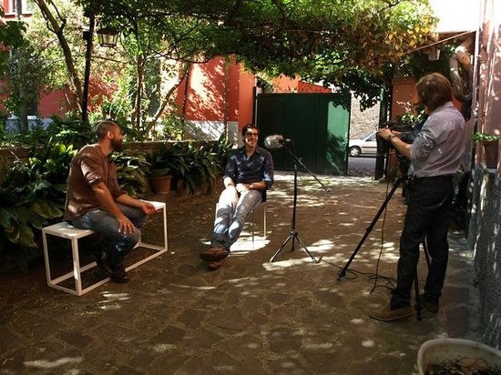 Cardelli & Fontana artecontemporanea: Si registra l'intervista a Simone Pellegrini in cortile