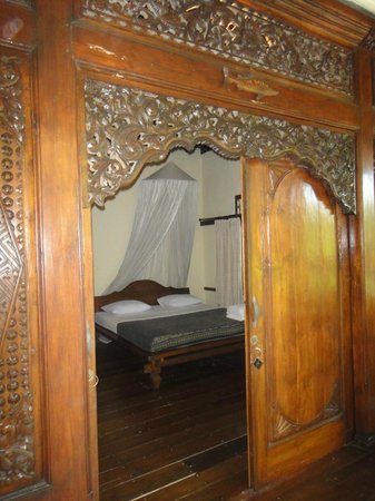 Alam Gili: Beautiful wooden doors (Fish Suite)
