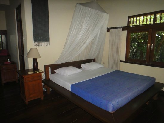 Alam Gili: Bedroom with A/C, fans and mosquito nets (Suite Fish)