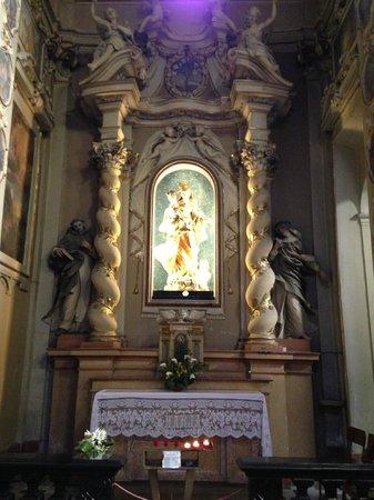 Hotel Fioroni: Autel de l'église ancienne à coté de l'hôtel