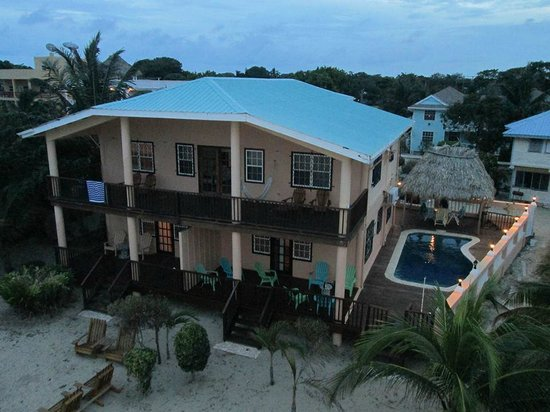 Mirasol Beach Apartment: View of back of house and pool