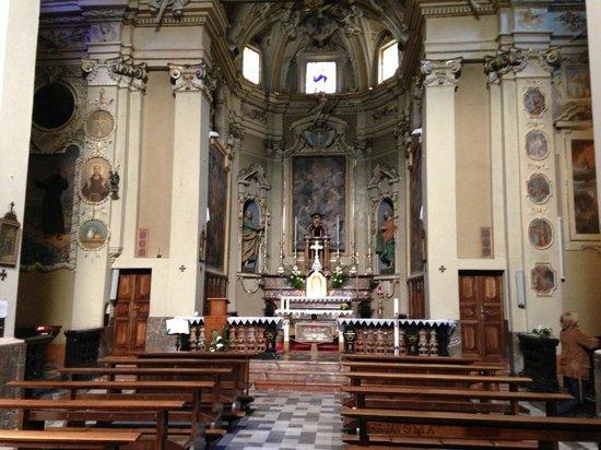 Hotel Fioroni: Eglise ancienne à coté de l'hotel