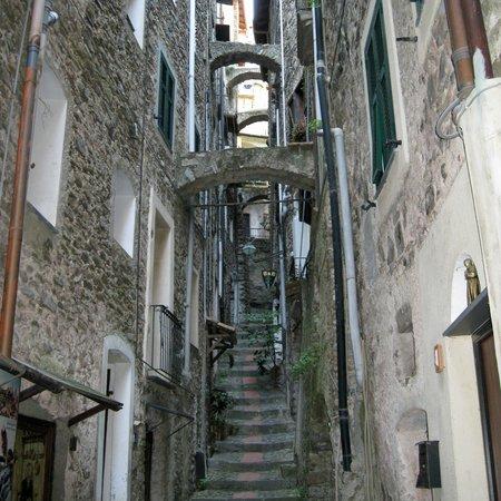 Castello dei Doria: Street to castle