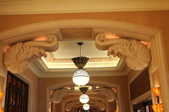 décor lobby couloir - Picture of Atlantis, The Palm, Dubai - TripAdvisor