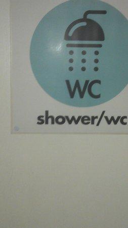 Igloo Backpackers Hostel: Shower / Toilet