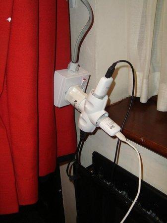 Globetrotters Tourist Hostel : El apaño para poder conectar los moviles en el unico enchufe de toda la habitación
