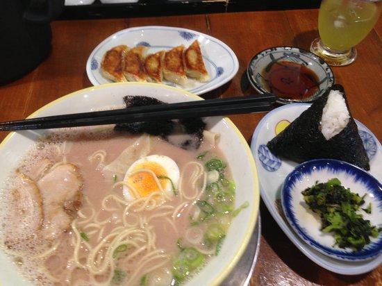 Taihoramen: 大砲:ワンタン麺+おにぎりセット