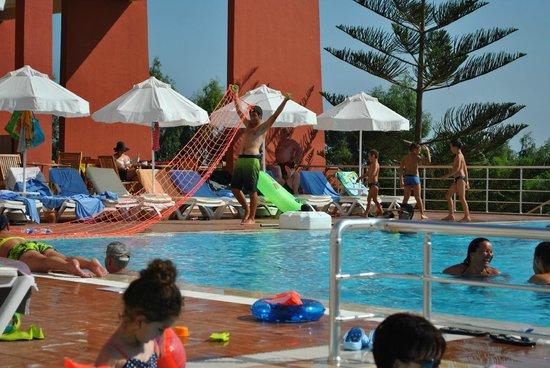 Hotel Side Bella Luna: Pool, vorbereitung zum Wasserwolleyball