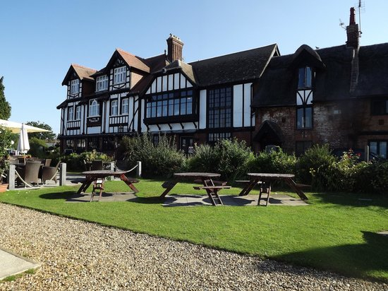 The Swan Inn: View of the outside seating area