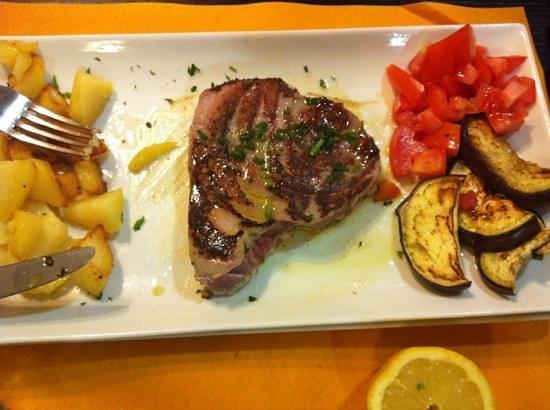 Trattoria Lo Cherippo: filetto di tonno a i ferri...
