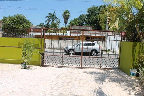 Los Alcatraces: Front Gate