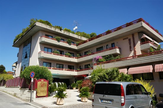 Hotel Desenzano: Outside from the main road
