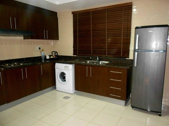 Abidos Hotel Apartment Dubailand : Spacious Fully Equipped Kitchen