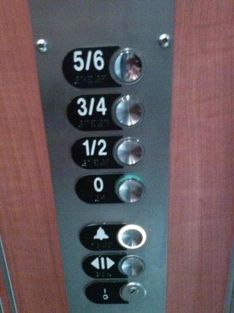 Avia Saphir Montparnasse Hotel: l'ascenseur anti bagage