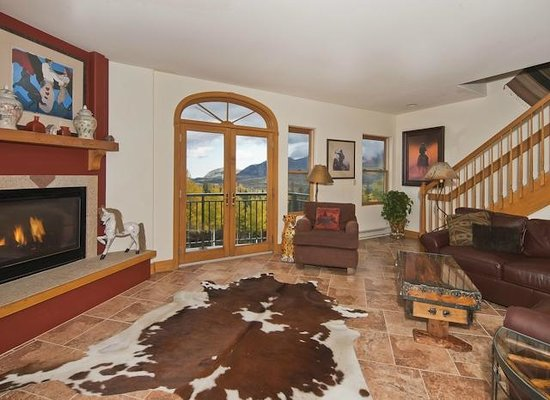 Bear Creek Lodge: beautiful great room with sunset views of the mountains