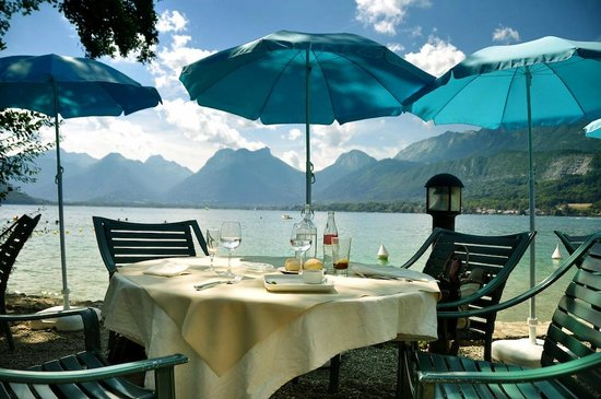 Le Petit Paradis : table au bord de l'eau