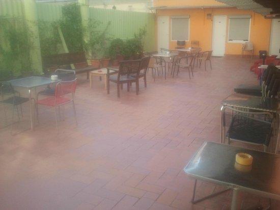 Paraiso Travellers Hostel: Terraza