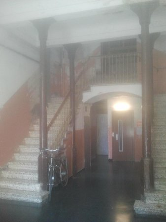 Paraiso Travellers Hostel: Interior del portal