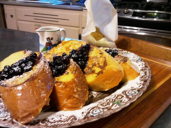 The Centennial House Bed and Breakfast : Crusty French Bread with Blueberry Sauce