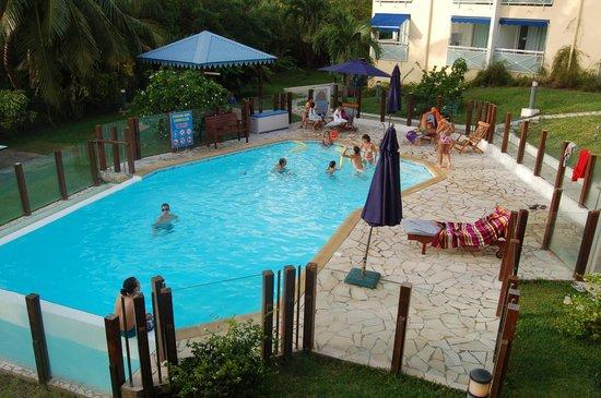 Les Créolines : Détente à la piscine