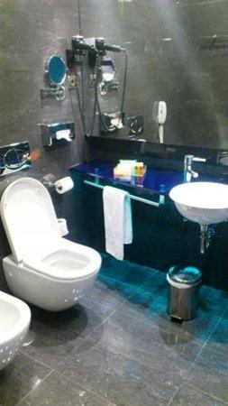 NH Madrid Las Tablas : baño azul