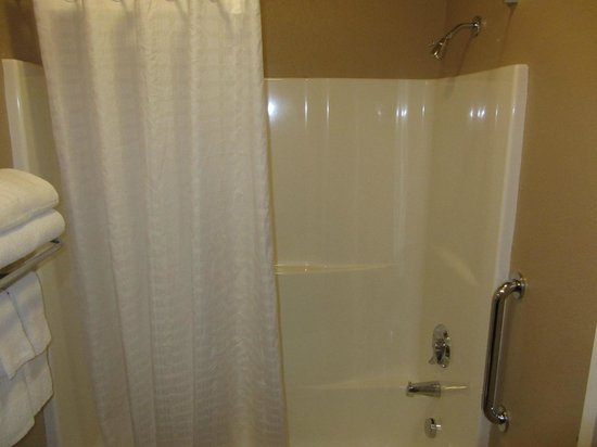 Candlewood Suites - Portland Airport: Bathroom