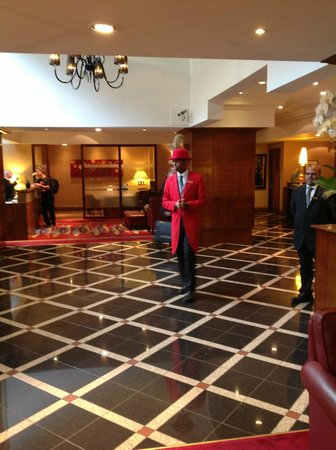 London Marriott Hotel Marble Arch: Lobby with doorman in traditional red coat