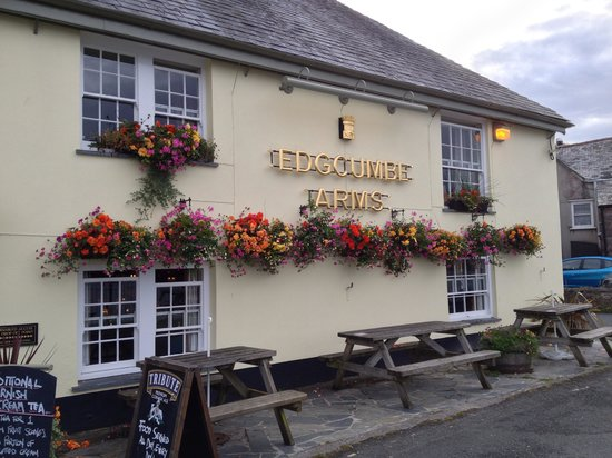 The Edgcumbe Arms: Front entry right on the waterfront
