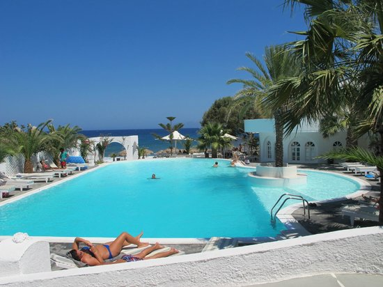 Thalassa Sea Side Resort & Suites: The main pool with view to the beach