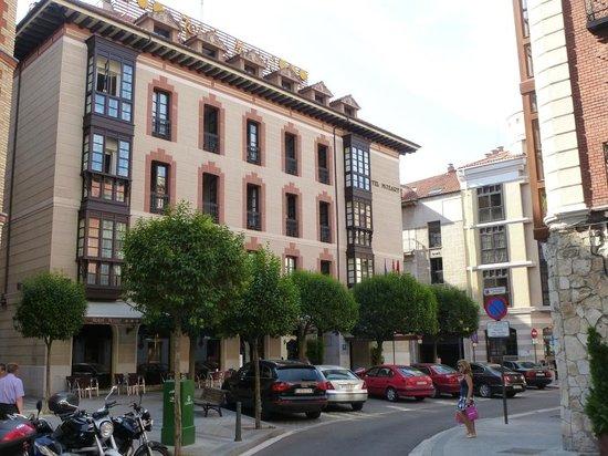 Hotel Mozart: Hotel mit Garageneinfahrt