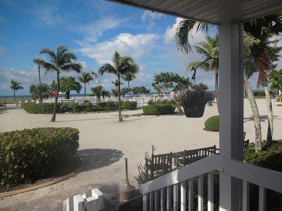 Island Inn : La piscine et l'accès à la mer plus loin