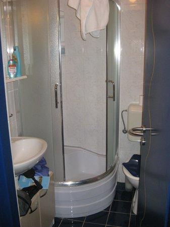 Hotel Koral: kleines Badezimmer