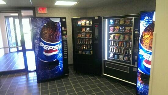 Fireside Inn & Suites at Lake Winnipesaukee: First floor vending machines.