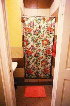 Adelaide Hostel: Showers