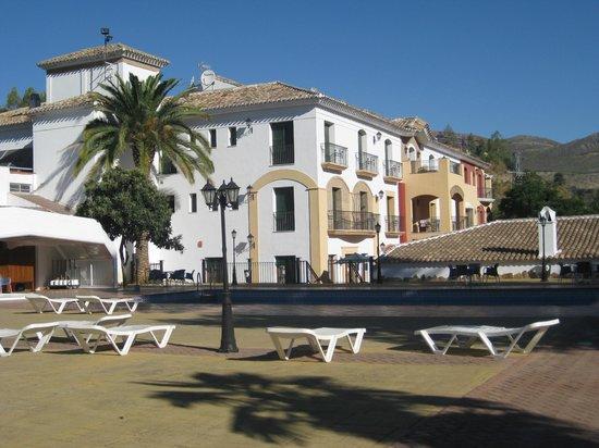 Hotel Rural Huerta de las Palomas: Vista del hotel desde piscina