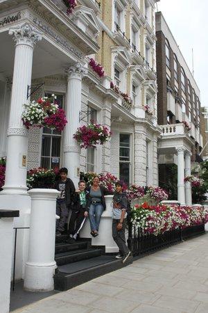 1 Lexham Gardens: Lexham Gardens Hotel - Set fra gaden.