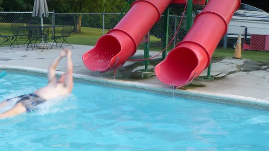 Heavenly Acres Campground: Water Slides at the Pool