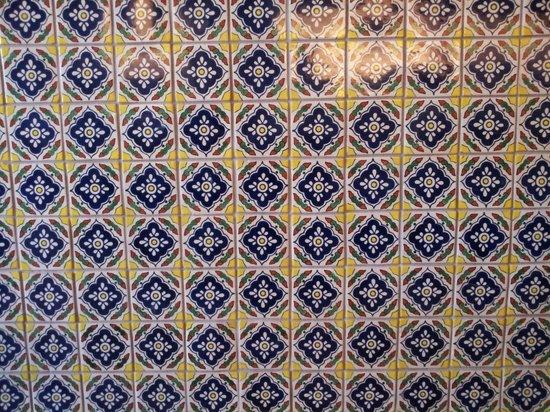 Milgi: tiles at counter