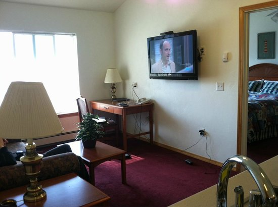 Juneau Hotel: Living room with flat screen TV