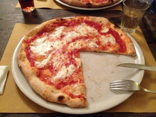 L'Asino Vola: Pizza Margherita con mozzarella di bufala
