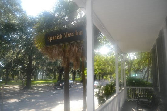 Spanish Moss Inn: A view from the front porch